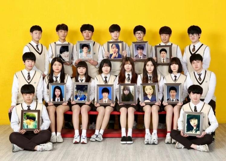 Danwon homeroom class holing portraits of dead classmates.
